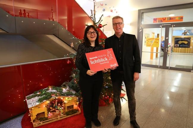 """Uwe Middeke, CEO der Werbeagentur straight, überreicht traditionelle Weihnachtsspende an den """"Lichtblick Hasenbergl"""""""